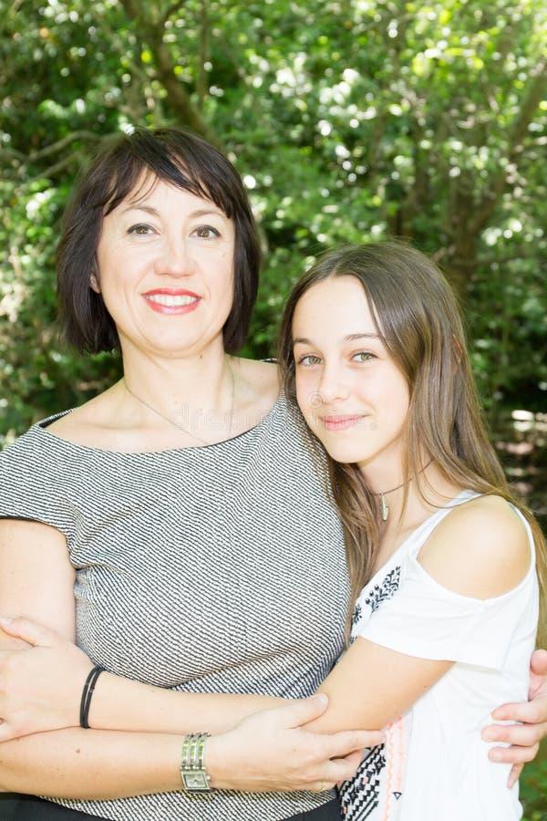 Mãe alegre com a filha bonito no parque imagem de stock royalty free