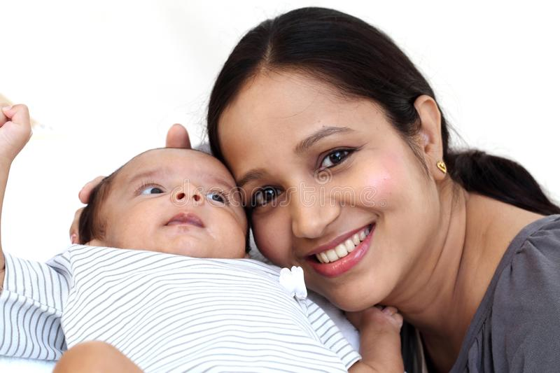 Mãe alegre que joga com recém-nascido fotografia de stock