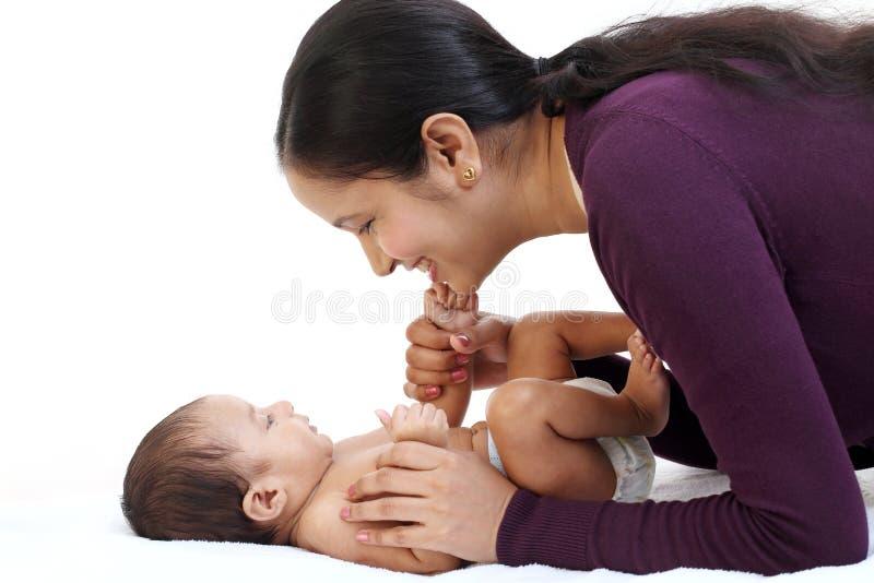 Mãe alegre que joga com recém-nascido fotos de stock royalty free