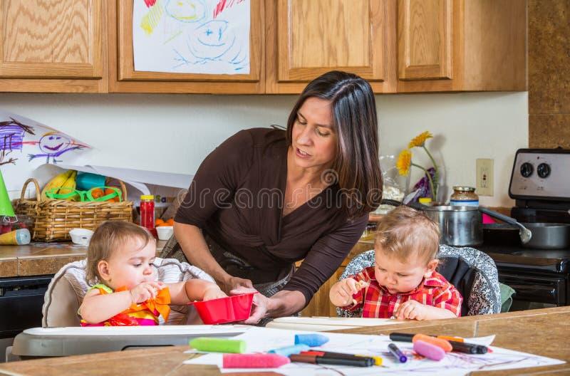 A mãe alimenta bebês fotos de stock royalty free
