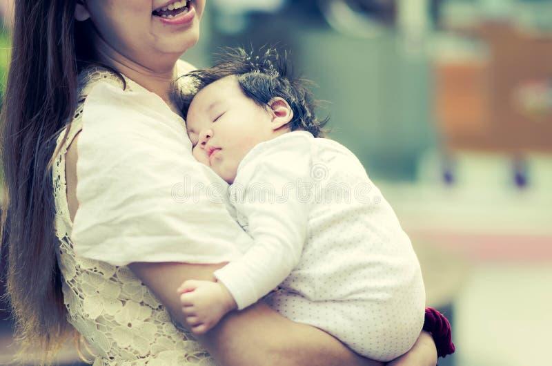 Mãe asiática que abraça seu bebê fora fotos de stock royalty free