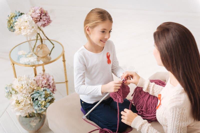 Mãe atrativa agradável que guarda sua mão das filhas foto de stock royalty free