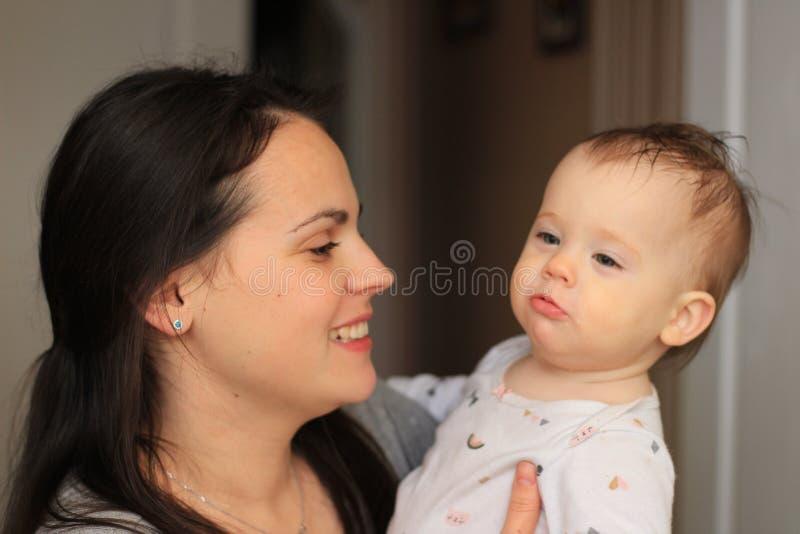 mãe bonita de sorriso com seu bebê imagem de stock