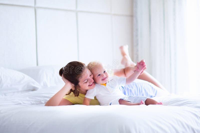 Mãe bonita e bebê que jogam no quarto fotos de stock