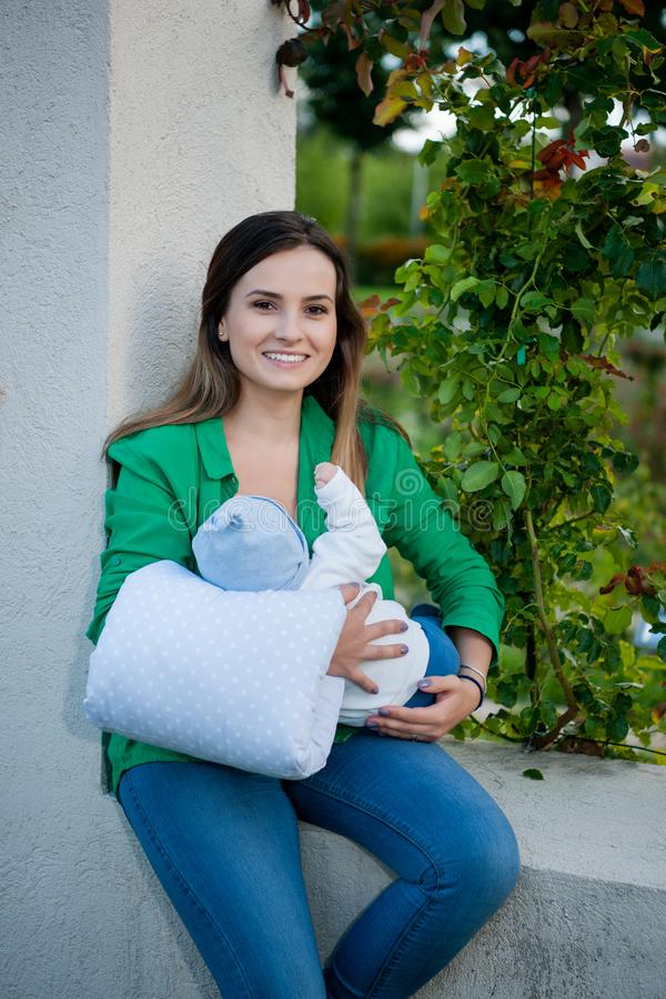 Mãe bonita e seu bebê no parque fotos de stock