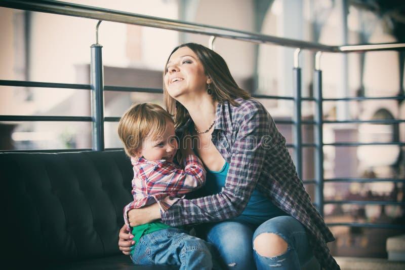 Mãe bonita que senta-se com seu filho bonito imagem de stock royalty free