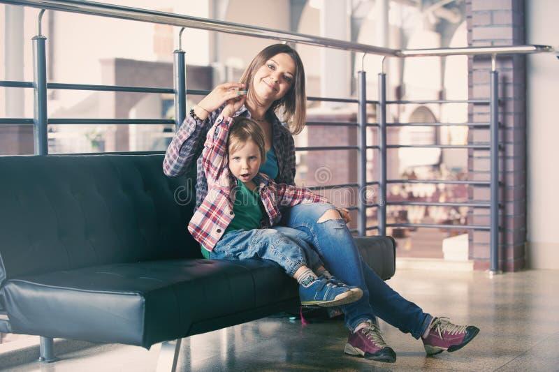 Mãe bonita que senta-se com seu filho bonito foto de stock