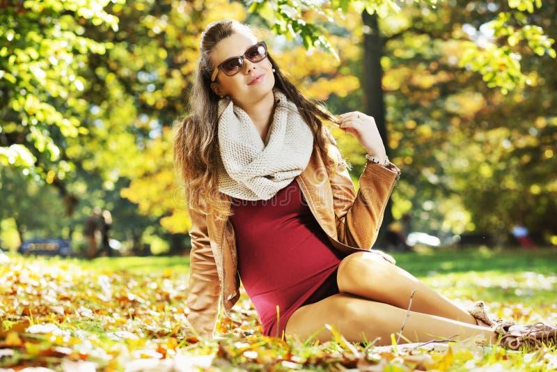 Mãe calma que encontra-se nas folhas de outono imagens de stock