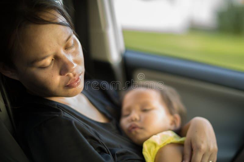 Mãe cansado e esgotada que toma de seu bebê Depressão de Postpardum fotografia de stock