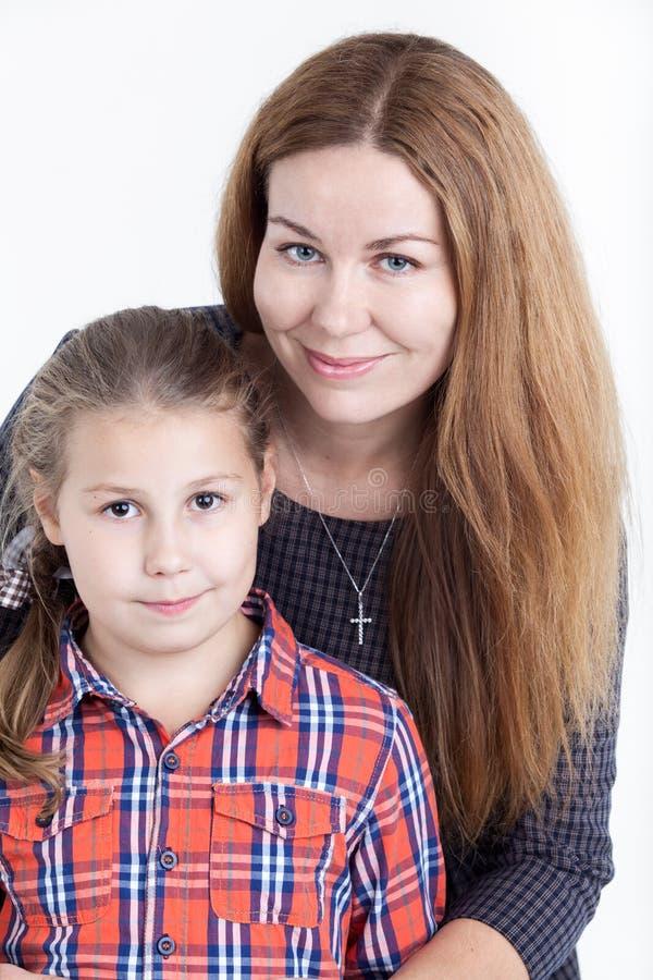 Mãe caucasiano e retrato preteen da filha no fundo branco fotografia de stock