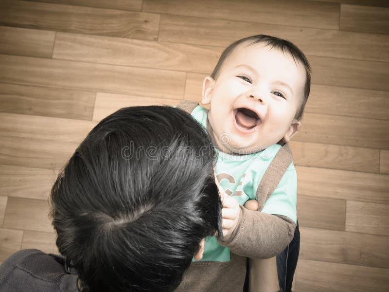 Mãe caucasiano e seu bebê que jogam junto em casa fotografia de stock royalty free