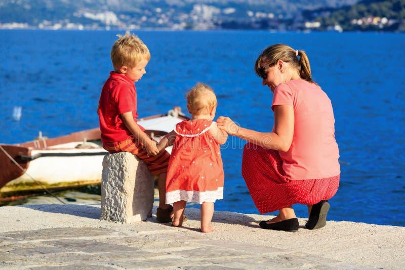 Mãe com as crianças em férias do mar fotos de stock royalty free
