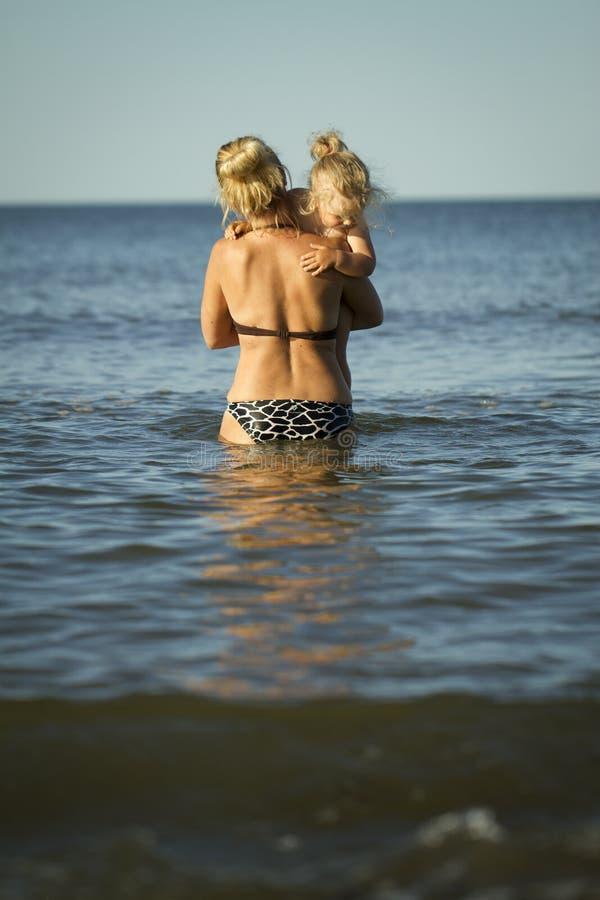 Mãe com as crianças no mar imagens de stock
