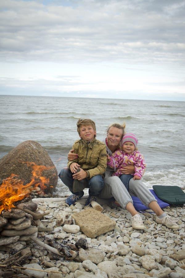 Mãe com as crianças no mar na queda imagens de stock