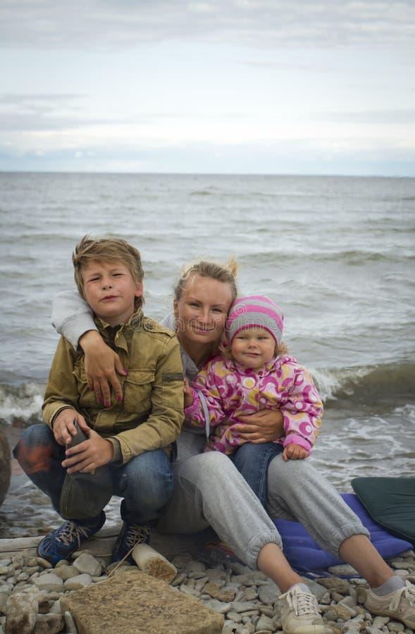 Mãe com as crianças no mar na queda imagem de stock royalty free