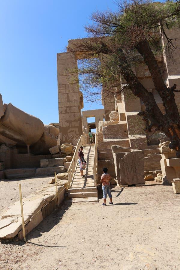 Mãe com as crianças no templo de Ramesseum em Luxor - Egito fotografia de stock royalty free