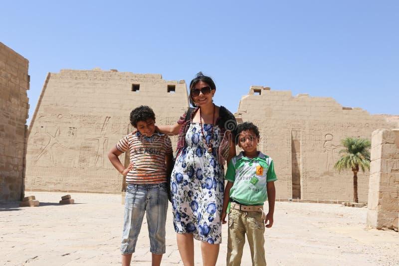 Mãe com as crianças no templo - Egito imagem de stock royalty free