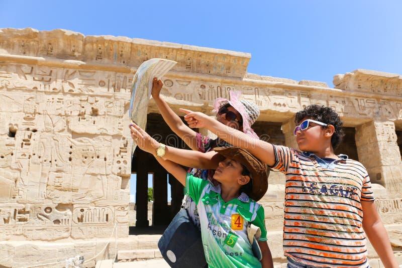 Mãe com as crianças no templo Medinet Habu em Luxor imagens de stock