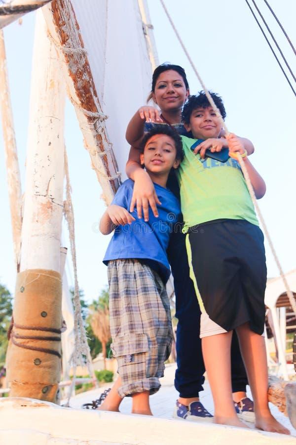 Mãe com as crianças no veleiro no Nile River imagens de stock royalty free