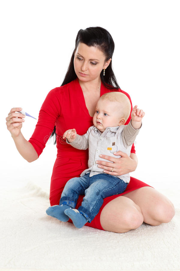 Mãe com bebê doente. foto de stock royalty free