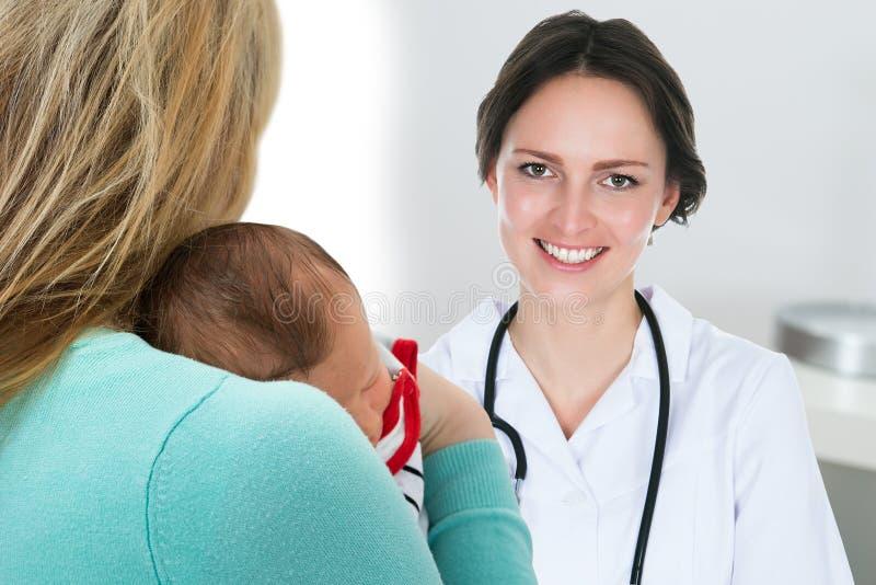 Mãe com bebê e o doutor fêmea fotos de stock royalty free