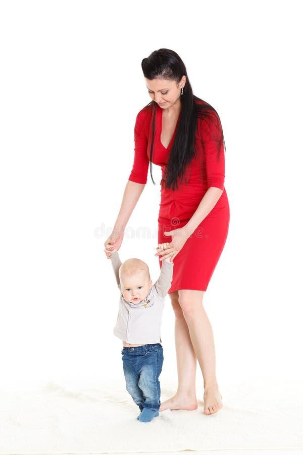 Mãe com bebê. Primeiras etapas. foto de stock