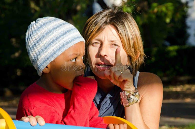 Mãe com a cor da criança adotada fotografia de stock