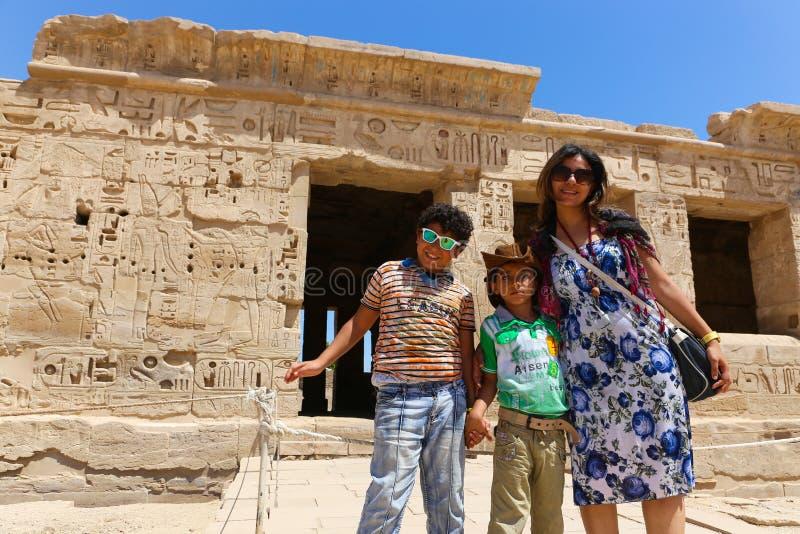 Mãe com a criança no templo de Ramesseum em Luxor - Egito fotografia de stock royalty free