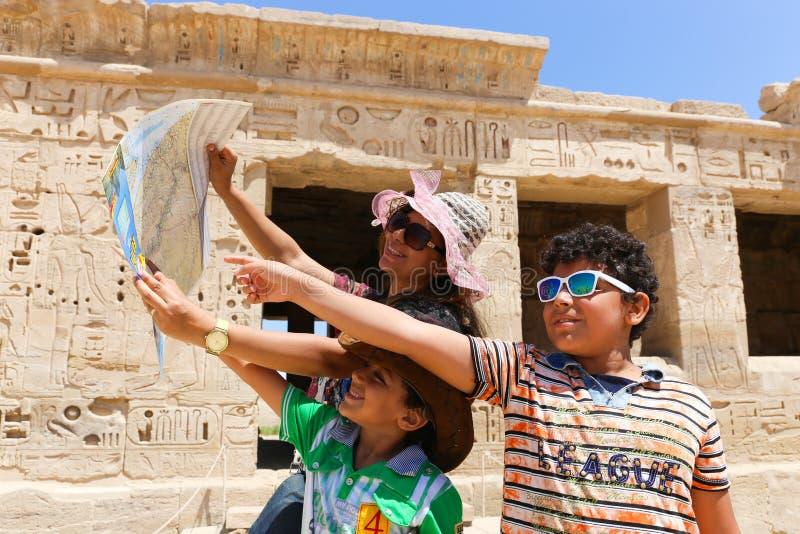 Mãe com a criança no templo - Egito fotografia de stock royalty free