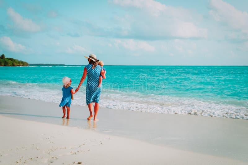 A mãe com crianças anda na praia, férias em família fotografia de stock royalty free