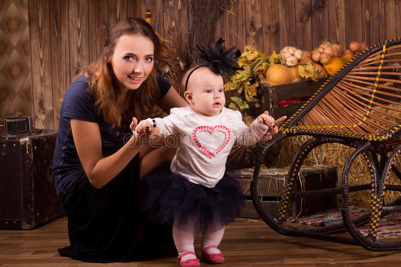 Mãe com a filha do bebê no partido de Dia das Bruxas imagem de stock royalty free