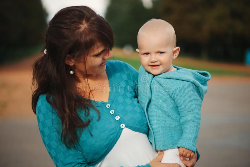 Mãe com a filha pequena bonito fotos de stock