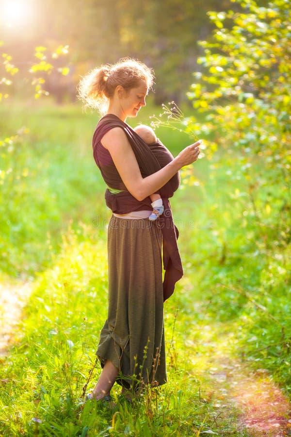 Mãe com o bebê no lenço do estilingue imagens de stock