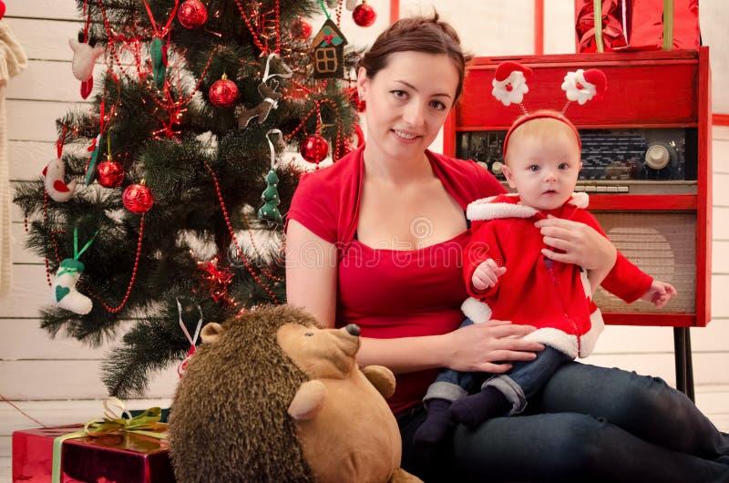 Mãe com o bebê no tempo do Natal imagem de stock royalty free