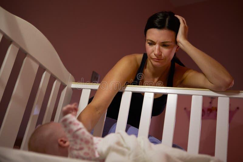 Mãe com o bebê que sofre do cargo Natal Depression fotografia de stock royalty free