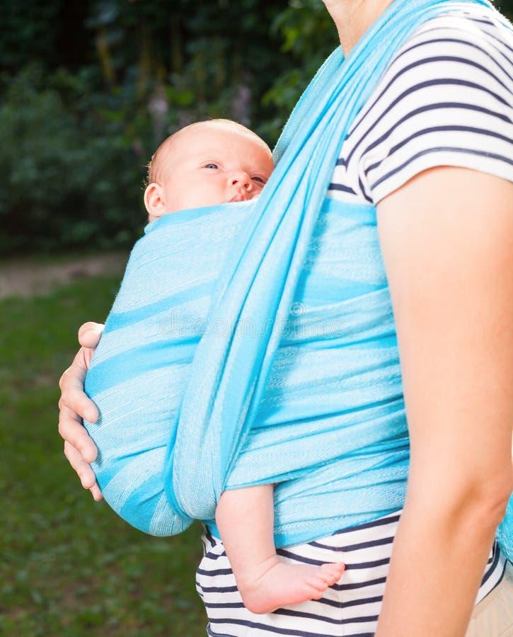 Mãe com o bebê recém-nascido no estilingue imagem de stock