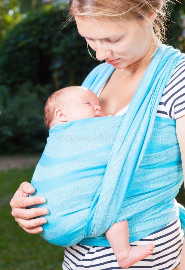 Mãe com o bebê recém-nascido no estilingue fotos de stock royalty free