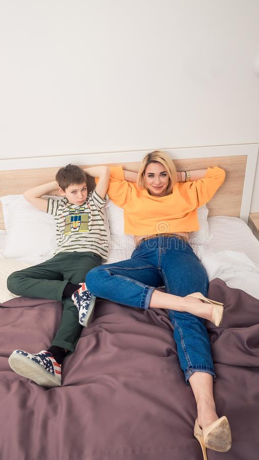 Mãe com o filho na cama, mãe e filho que têm o divertimento imagens de stock royalty free