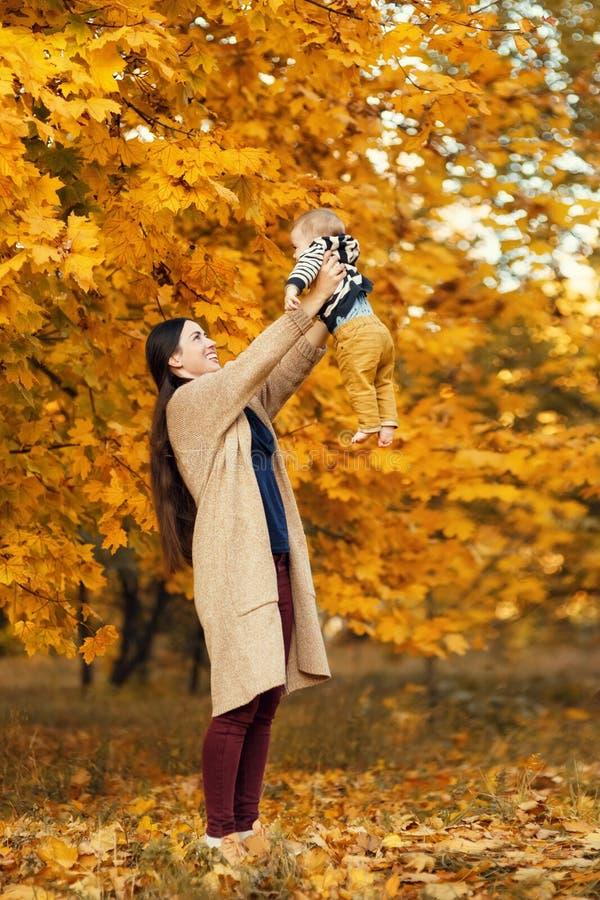 Mãe com o filho no parque do outono imagens de stock