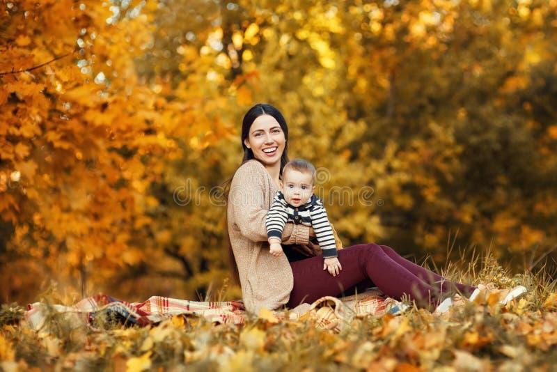 Mãe com o filho no parque do outono fotos de stock royalty free