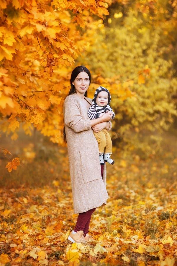 Mãe com o filho no parque do outono fotos de stock