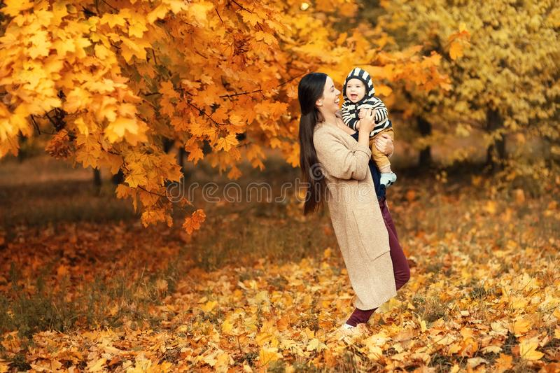 Mãe com o filho no parque do outono fotografia de stock