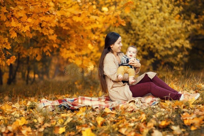 Mãe com o filho no parque do outono foto de stock royalty free