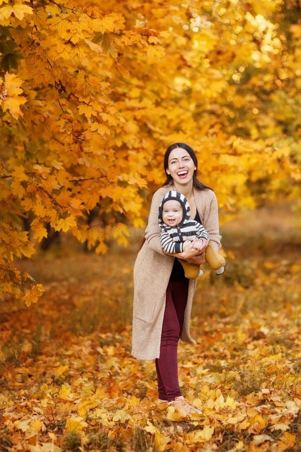 Mãe com o filho no parque do outono imagem de stock royalty free