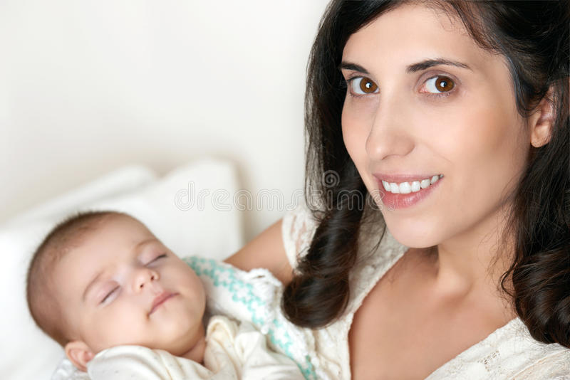 Mãe com o retrato do bebê do sono, conceito de maternidade feliz imagens de stock
