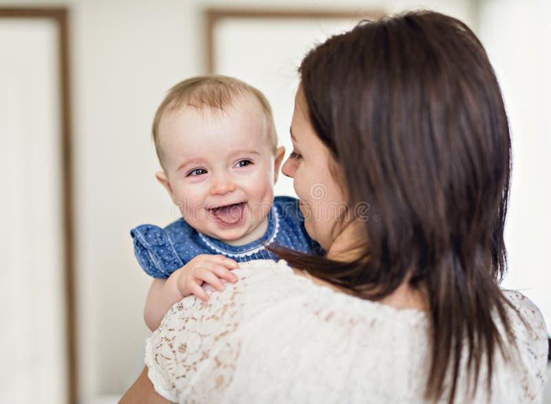 Mãe com seu bebê no quarto foto de stock