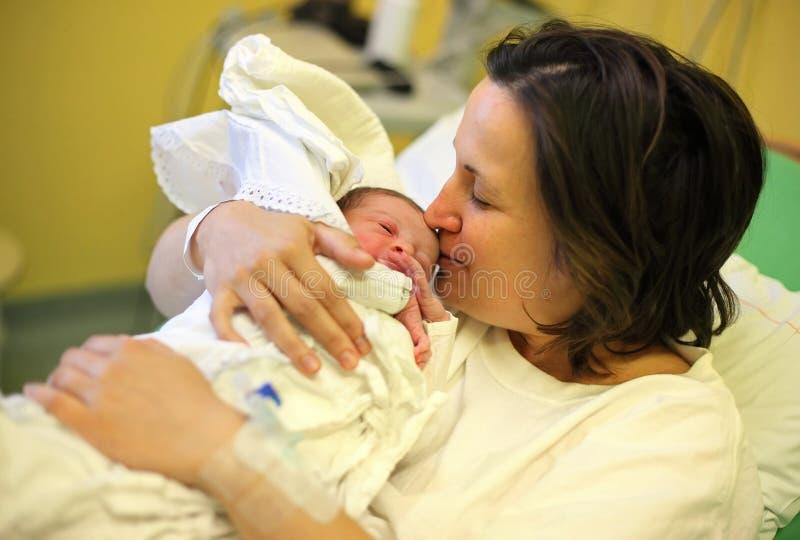 Mãe com seu bebê recém-nascido imagens de stock royalty free
