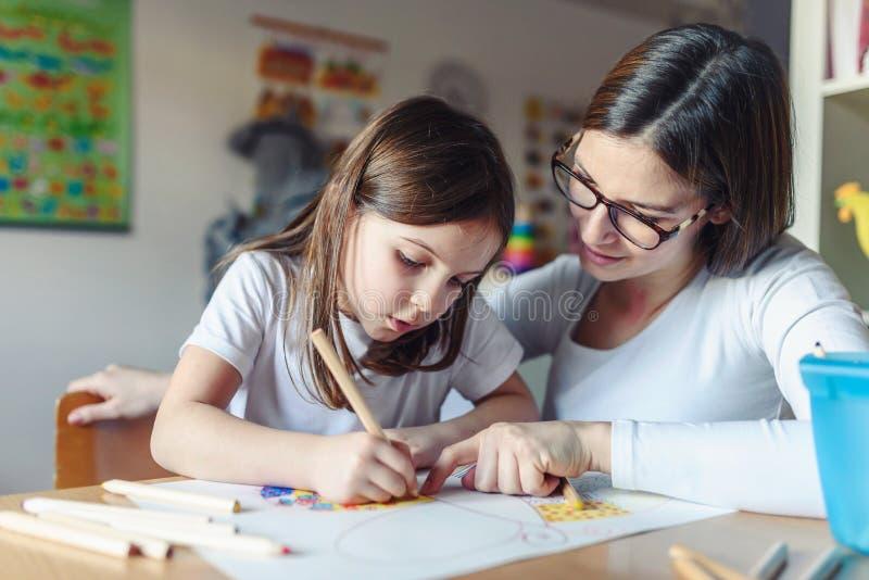 Mãe com sua criança que tem o desenho criativo e do divertimento do tempo fotografia de stock royalty free