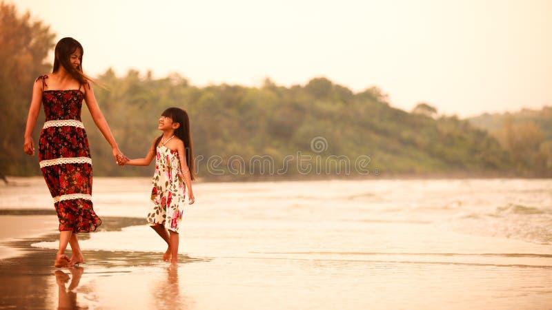 Mãe com sua filha fotografia de stock