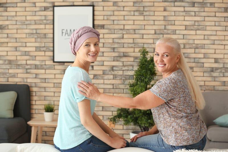 Mãe com sua filha após a quimioterapia em casa imagem de stock
